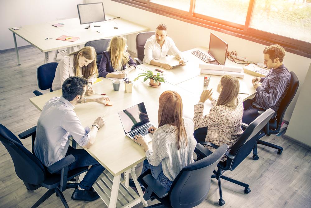 Ein Treffen von sieben jungen Erwachsenen zur Planung eines Start-ups